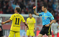 FUSSBALL   1. BUNDESLIGA   SAISON 2011/2012    4. SPIELTAG Bayer 04 Leverkusen - Borussia Dortmund              27.08.2011 Schiedsrichter Wolfgang STARK (re) zeigt Mario GOETZE (li, Dortmund) die Rote Karte