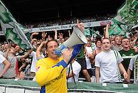 FUSSBALL   1. BUNDESLIGA   SAISON 2011/2012    1. SPIELTAG SV Werder Bremen - 1. FC Kaiserslautern             06.08.2011 Tim WIESE (Bremen) feiert mit einem Megaphon bei den Fans