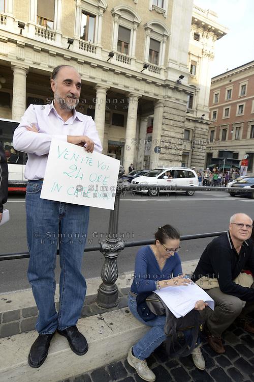 Roma, 23 Ottobre 2012.Piazza colonna.Un gruppo di insegnanti corregge i compiti davanti la sede del Governo per protestare contro la proposta del ministro Profumo di aumentare a  le ore in cattedra