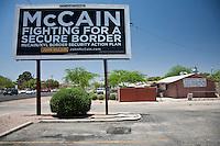 US Confine Arizona Messico Migranti  Cartellone  di campagna politica del repubblicano John Mc Cain contro Obama sulla sicurezza dei confini