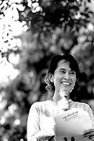 ©Dean Chapman/Panos Pictures..Burma, Rangoon. Daw Aung San Suu Kyi delivering her Saturday speech to the general public from the gates to her home on University Avenue.