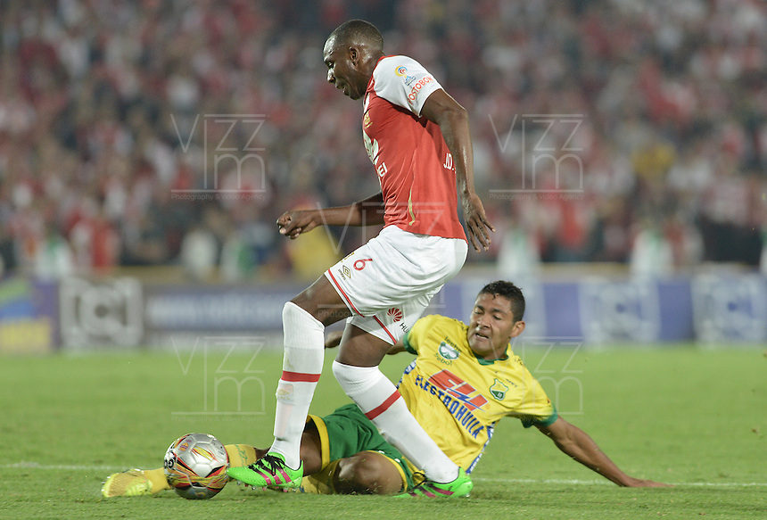 BOGOTÁ -COLOMBIA, 27-03-2016. Juan D Valencia (Izq.) jugador de Santa Fe disputa el balón con Eder Castañeda (Der.) jugador del Huila durante partido aplazado entre Independiente Santa Fe y Atlético Huila por la fecha 8 de la Liga Aguila I 2016 jugado en el estadio Nemesio Camacho El Campin de la ciudad de Bogota.  / Juan D Valencia (L) player of Santa Fe struggles for the ball with Eder Castañeda (R) player of Huila in postponed match between Independiente Santa Fe and Atletico Huila for date 8 of the Liga Aguila I 2016 played at the Nemesio Camacho El Campin Stadium in Bogota city. Photo: VizzorImage/ Gabriel Aponte / Staff