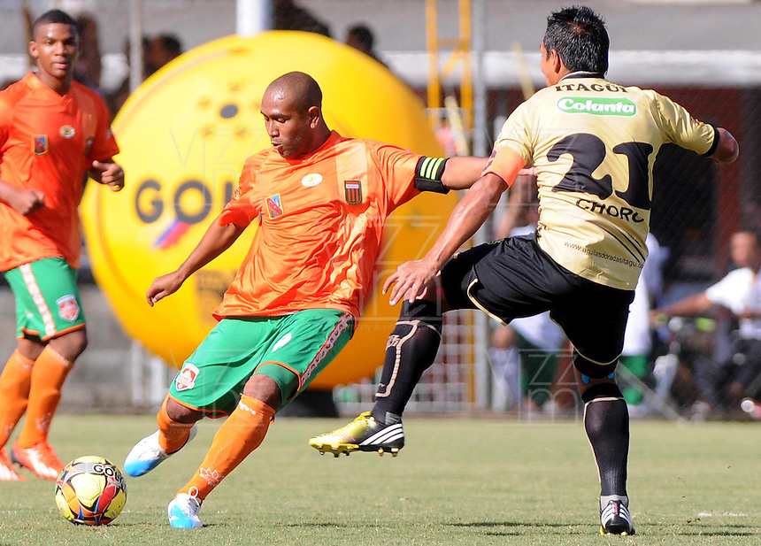 ENVIGADO -COLOMBIA-19-10-2013. Neider Morantes (I) de Envigado disputa el balón con Jhon Javier Restrepo (D) Itaguí válido por la fecha 15 de la Liga Postobón II 2013 realizado en el Parque Estadio de la ciudad de Envigado./ Neider Morantes (L) de Envigado fights for the ball with Itagui player Jhon Javier Restrepo (R) valid for the 15th date of the Postobon League II 2013 at Parque Estadio in Envigado city.  Photo: VizzorImage/Luis Ríos/STR