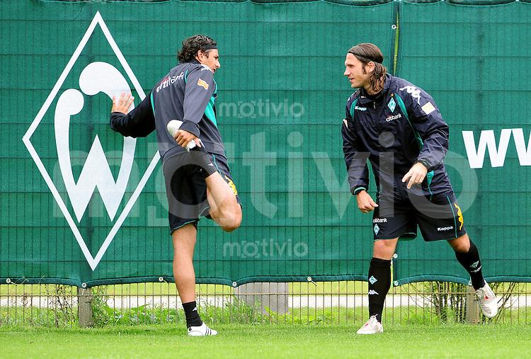 FUSSBALL   1. BUNDESLIGA   SAISON 2008/2009  Training SV Werder Bremen am 19.08.2008 in Bremen Neuzugang Claudio PIZARRO (li) und Torsten FRINGS