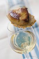 """Europe/France/Aquitaine/40/Landes/Hagetmau:  Amuse Bouche, foie gras de canard  et tuile  au graines de sésame   recette d'Annie Demen  chef du restaurant """"Les Lacs d'Halco"""""""