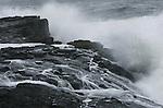Foto: VidiPhoto..GRINDAVÍK - Golven slaan op de kust van IJsland, bij Grindavík. IJsland bestaat voor het overgrote deel uit laag- en middelgebergte van lavagesteente, al dan niet met gletsjers bedekt, van waaruit diverse rivieren naar zee stromen. De hoogste berg is de Hvannadalshnúkur. Deze ligt met zijn 2110 meter hoogte grotendeels verscholen onder de Öræfajökull..