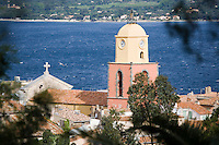 Europe/Provence-Alpes-Côte d'Azur/83/Var/Saint-Tropez: le clocher de l' église et le golfe de Saint-Tropez vu depuis la Citadelle