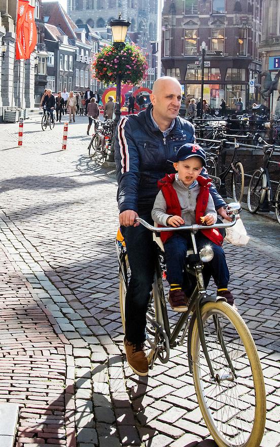 Nederland, Utrecht, 10 okt 2014<br /> Mensen op straat. Vader met kindje in fietszitje voor op de fiets. <br /> Foto: (c) Michiel Wijnbergh