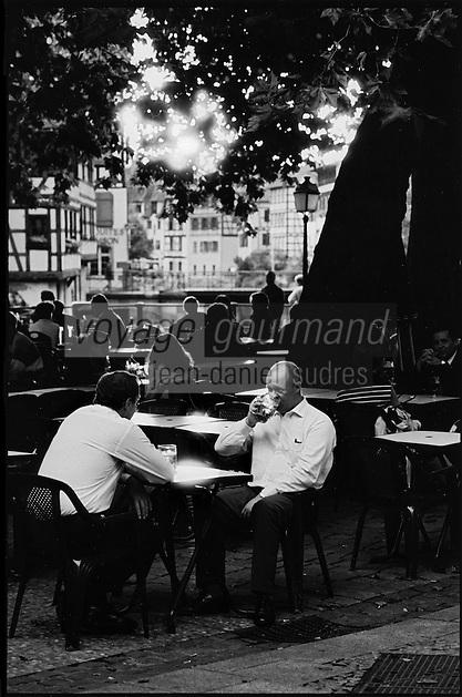 """Europe/France/Alsace/67/Bas-Rhin/Strasbourg: Un dernier verre  de bière à la terrasse d'un café de"""" La Petite France"""""""