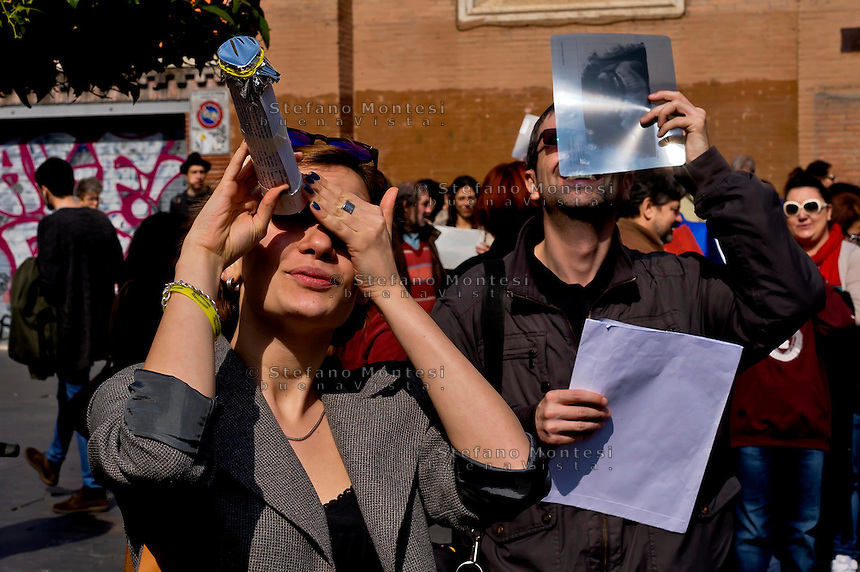 Roma 20 Marzo 2015<br /> Eclissi solare parziale al quartiere San Lorenzo. La gente si riunita questa mattina in Piazza Immacolata, per osservare  l'eclissi solare parziale.<br /> <br /> Rome March 20, 2015<br /> Partial solar eclipse. People gather this morning in Piazza Immacolata, District San Lorenzo, to get a rare glimpse of the solar eclipse.<br /> .