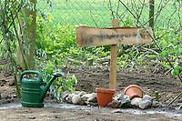 Schulgarten, Anlage eines Schmetterlingsgarten, Garten der Grundschule Nusse wird als Projektarbeit von einer 1. Klasse gestaltet, Kinder legen mit Weidenzaun abgegrenzten Raupenkindergarten an, wichtige Fraßpflanzen für Schmetterlingsraupen werden gepflanzt, Gartenarbeit