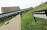Foto: VidiPhoto<br /> <br /> WAGENINGEN - Het Nederlands Instituut voor Ecologie NIOO-KNAW in Wageningen gaat vanaf maandag onderzoek doen naar de oorzaak van de vogelgriep. Dat is donderdag bekend gemaakt. In het Zuid-Hollandse Ter Aar is donderdag opnieuw een geval van vogelgriep vastgesteld. Om welk type het gaat wordt vrijdag bekend. De onderzoekers van NIOO gaan op grote schaal wilde vogels vangen om te kijken of zij het vogelgriepvirus bij zich dragen. Mogelijk zijn trekvogels de bron van vogelgriep H5N8. Ook mensen kunnen hiervan ziek worden.
