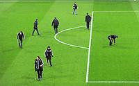 FUSSBALL   CHAMPIONS LEAGUE   SAISON 2011/2012  Achtelfinale Rueckspiel 13.03.2012 FC Bayern Muenchen - FC Basel  Das Greenkeeperteam bei der der Pflege des Rasen in der Allianz Arena vor dem Spiel.