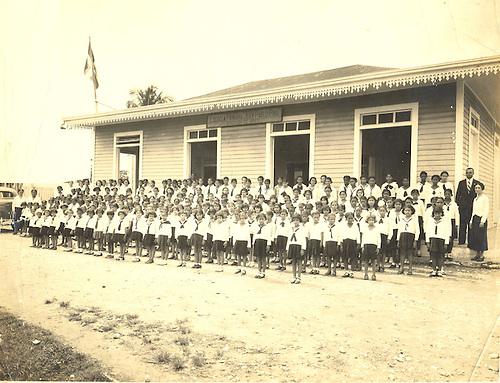 Escuela Primaria Graduada de Niñas. Juan Pablo Pina. Patria Mella a la derecha.