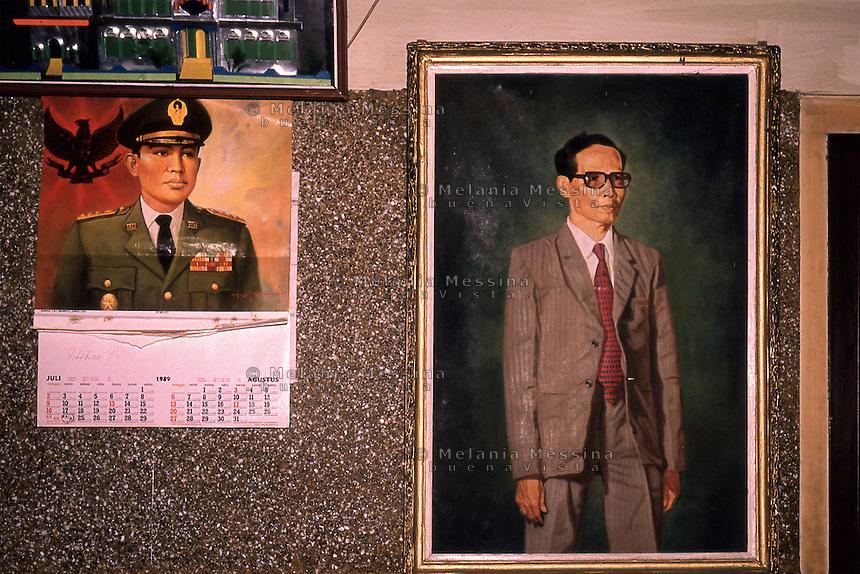 .the wall of the house of the headman of Sokometrò with his portrait as young man..la parete della casa del capo villaggio di Sokometrò con appesi ritratti che l raffigurano da giovane.