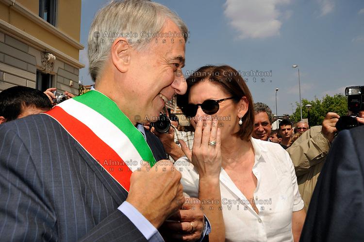 25 MAG 2012; Milano: una p.zza di Milano viene intitolata ad Enrico Berlinguer; il sindaco di Milano Giuliano Pisapia con Bianca Berlinguer, figlia di Enrico