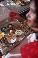 """Asie/Inde/Rajasthan/Udaipur: Hotel """"Taj Lake Palace"""" sur le lac Pichola - Les futurs mariés et les invités s'installent pour le repas - Service du Thali"""