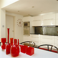 This kitchen was designed by owner Ben de Lisi, whilst his red glassware collection is composed by vintage and contemporary pieces