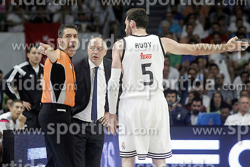 21.06.2015, Palacio de los Deportes, Madrid, ESP, Liga Endesa, Real Madrid vs Barcelona, Finale, 2. Spiel, im Bild Real Madrid's coach Pablo Laso (c) and Rudy Fernandez have words with the referee // during the second match of Liga Endesa final's between Real Madrid vs Barcelona at the Palacio de los Deportes in Madrid, Spain on 2015/06/21. EXPA Pictures &copy; 2015, PhotoCredit: EXPA/ Alterphotos/ Acero<br /> <br /> *****ATTENTION - OUT of ESP, SUI*****