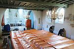 Foto: VidiPhoto<br /> <br /> VALBURG - Uiterst behoedzaam om de eeuwenoude muurschilderingen niet te beschadigen, plaatst personeel van installatiebedrijf Bogro uit Ouwewater donderdag een nieuwe verwarmingsinstallatie in de hervormde kerk van Valburg. Om alles bovendien stofvrij te houden, hebben gemeenteleden het complete interieur, inclusief het kostbare historische pijporgel, ingepakt in plastic. Door een kapitale fout bij de restauratiewerkzaamheden begin jaren 70 is er vloerverwarming gelegd zonder voldoende isolatie. Door roestvorming gaan de ijzeren buizen nu lekken, waardoor de kerk 's winters nauwelijks meer te verwarmen is. Een nieuwe vloerverwarming is onbetaalbaar, waardoor in overleg met overheid en adviseurs is gekozen voor radiatoren in de kerk. De plaatselijke hervormde gemeente staat voor een ingrijpende en kostbare restauratie van het kerkgebouw, waarvan de overheid slechts een klein deel subsidieert.