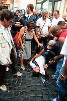 Roma 11 Settembre 2012.I lavoratori della GESIP, multiservizi di Palermo a rischio liquidazione protesta davanti il Parlamento in concomitanza del tavolo di discussione, a cui il sindaco Orlando si presenta con un piano di liquidazione della GESIP a fine 2012, per arrivare alla costituzione di una società consortile partecipata al 51% dal Comune stesso.I manifestanti vengono bloccati dalla polizia, uno dei manifestanti  ferito durante l'impatto con la polizia.
