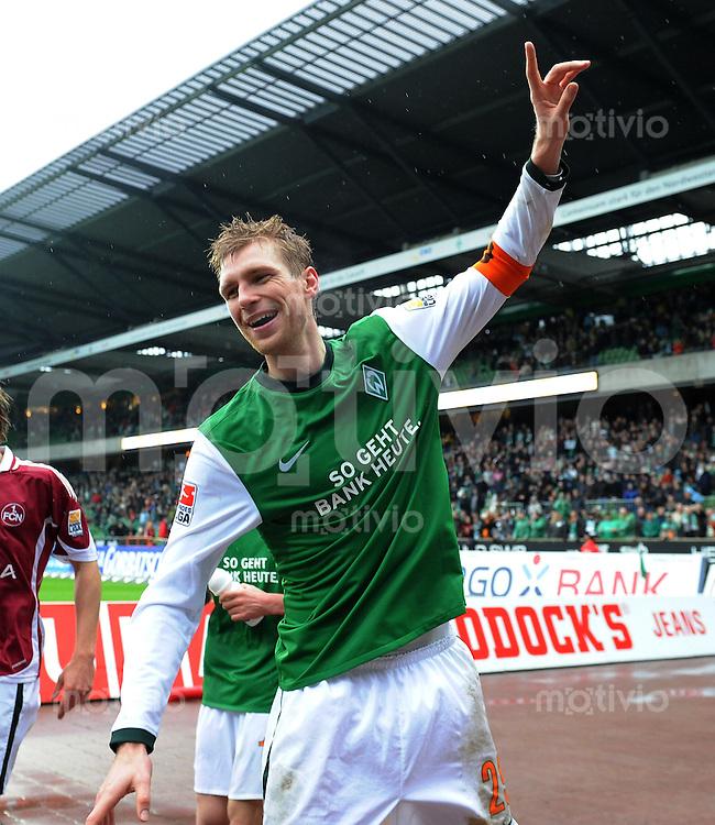 FUSSBALL  1. BUNDESLIGA   SAISON 2009/2010  28. SPIELTAG SV Werder Bremen - 1. FC Nuernberg                    27.03.2010 Per MERTESACKER (Bremen) jubelt nach dem Abpfiff