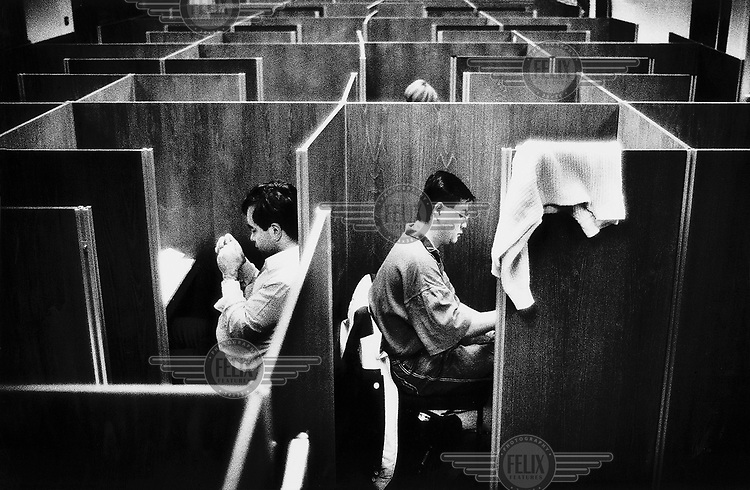 © David Rose / Panos Pictures..Further education students in the Library at Hatfield University. North London, UK.