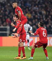 FUSSBALL CHAMPIONS LEAGUE  SAISON 2015/2016  ACHTELFINALE HINSPIEL Juventus Turin - FC Bayern Muenchen             23.02.2016 Torjubel nach dem 0:1: Thomas Mueller , Arturo Vidal und Thiago Alcantara (v.l., alle FC Bayern Muenchen)