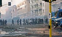 Roma  15 Ottobre 2011.Manifestazione contro la crisi e l'austerità.Scontri tra manifestanti e forze dell'ordine.Le forze dell'ordine a piazza San Giovanni.