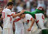 Fussball Europa League Play Offs:  Saison   2012/2013     VfB Stuttgart - Dynamo Moskau  22.08.2012 Jubel nach dem Tor zum 1:0 Christian Gentner mit Vedad Ibisevic und Maskottchen Fritzle  (v. li., VfB Stuttgart)
