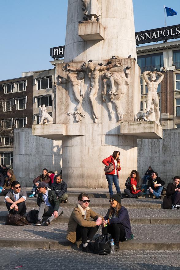 Nederland, Amsterdam, 19 maart 2015<br /> Toeristen op de Dam, Amsterdam. Het monument op de Dam is nog steeds de plek waar je even gezeten moet hebben.<br /> Foto: Michiel Wijnbergh
