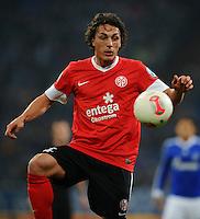 FUSSBALL   DFB POKAL    SAISON 2012/2013    ACHTELFINALE FC Schalke 04 - FSV Mainz 05                          18.12.2012 Julian Baumgartlinger (FSV Mainz 05) Einzelaktion am Ball