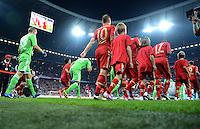 FUSSBALL   1. BUNDESLIGA  SAISON 2012/2013   5. Spieltag FC Bayern Muenchen - VFL Wolfsburg    25.09.2012 Arjen Robben, und Jerome Boateng (v. li., FC Bayern Muenchen) laufen in die Allianz Arena ein mit Einlaufkindern