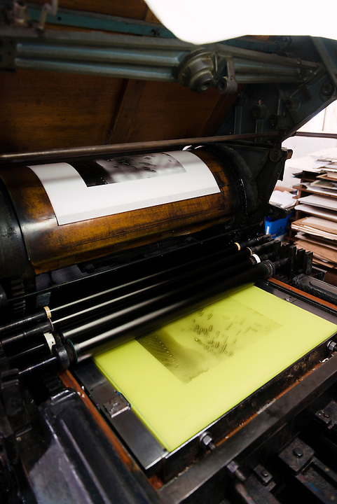 A collotype printing press with print at top and gelatine-coated glass printing plate below. Benrido collotype atelier, Kyoto, Japan, October 13, 2015. The Benrido collotype atelier in Kyoto was founded in 1887 and is the only full-scale commercial collotype atelier in the world. Collotype is a historic photographic printing process that makes use of plates coated in gelatine. It produces prints of unrivalled quality.