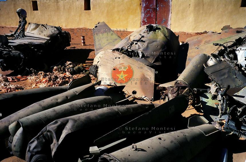 Il Museo dell'Esercito di Liberazione Popolare (campo di Rabouni, 20 km a sud di Tindouf, Algeria), .istituito con la Repubblica Araba Saharawi Democratica (RASD) governo (Fronte Polisario), .mostr  le armi  sequestrate all'esercito marocchino durante la guerra (1976 -- 1991). .Questa mostra presenta anche alcuni documenti sulla prime azioni svolte da parte del Fronte Polisario .dal 1973, inizialmente contro la colonizzazione spagnola e, più tardi, .contro l'esercito marocchino.I resti di un Mirage F1 dell'Aereonautica del Marocco abbattuto dal Esercito Saharawi.The Museum of the People's Liberation Army (Rabouni camp, 20 km south of Tindouf, Algeria), set up by Sahrawi Arab Democratic Republic (SADR) government (Polisario Front), show the warfare seized to the Moroccan army during the wartime (1976-1991). This exhibit also shows some documents on the first actions carried out by the Polisario Front since 1973 initially against Spanish colonization and, later, against Moroccan army..The remains of an Air Force Mirage F1 of the  Morocco, downed from Sahrawi army ..