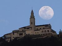 Cerro de Monserrate con Luna / Hill of Monserrate and Moon, Bogotá, 13-01-2013