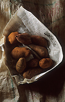 Asie/Vietnam/Hanoi: le marché : trois tubercules - détail pomme de terre, patate douce, taro