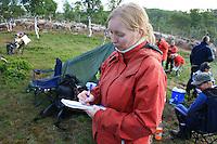 Cecilie Myrnes fra Honningsvåg tar en master i sosialantropologi ved Univ. i Tromsø, på konflikten mellom grunneiere og reindrift i sørsamisk område. Kalvmerking, merking reinkalv, Essand reinbeitedistrikt (Saanti sijte), Skarpdalen, Tydal/Meråker. Foto: Bente Haarstad.