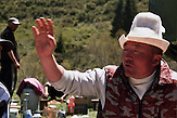 traditionelles Festmahl in der Jurte mit Kumys Stutenmilch. Im Sommerlager der letzten Nomaden in Kirgisistan im Tien-Shan-Gebirges an der Grenze zwischen Kasachstan und Kirgistan. / Traditional feast in the yurt with Kumys mare's milk. In the summer camp of the last nomads in Kyrgyzstan in the Tien Shan mountains on the border between Kazakhstan and Kyrgyzstan.
