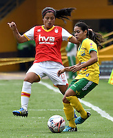 BOGOTA - COLOMBIA - 26-02-2017: Maria Morales (Izq.) jugadora de Independiente Santa Fe disputa el balón con Karla Torres (Der.) jugadora de Atletico Huila, durante partido por la fecha 2 entre Independiente Santa Fe y Atletico Huila, de la Liga Femenina Aguila 2017, en el estadio Nemesio Camacho El Campin de la ciudad de Bogota. / Maria Morales (L) jugadora of Independiente Santa Fe struggles for the ball with Karla Torres (R) player of Atletico Huila, during a match of the date 2 between Independiente Santa Fe and Atletico Huila, for the Liga Femenina Aguila 2017 at the Nemesio Camacho El Campin Stadium in Bogota city, Photo: VizzorImage / Luis Ramirez / Staff.