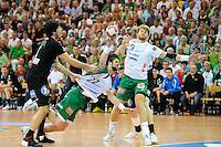 Momir Rnic (FAG) wirft zieht ab, links Benjamin Afgour (DHB), rechts Manuel Späth (FAG)
