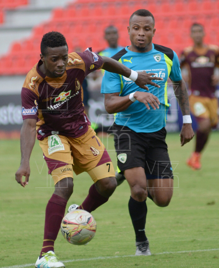 IBAGUE -COLOMBIA-17-ABRIL-2016.Cristian Dájome del Tolima disputa el balón  contra  La Equidad  durante partido por la fecha 13 de Liga Águila I 2016 jugado en el estadio Manuel Murillo Toro de Ibagué./ Cristian Dajome player of Tolima fights the ball  with   La Equidad during the match for the date 13 of the Aguila League I 2016 played atManuel Murillo Toro stadium in Ibague. Photo: VizzorImage / Juan Carlos Escobar / Contribuidor