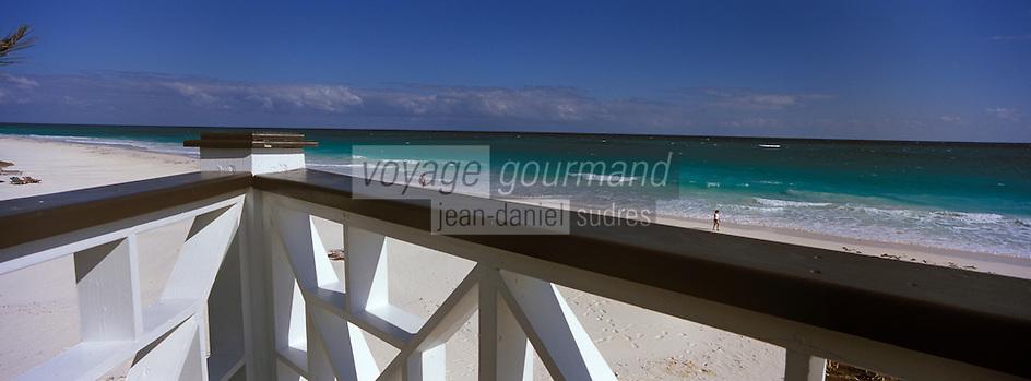 Iles Bahamas /Ile d'Eleuthera/Harbour Island/Dunmore Town: terrasse du restaurant de Plage de l'Hotel Coral Sands sur la célèbre plage de Pink Sand