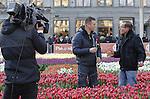 Foto: vidiPhoto<br /> <br /> AMSTERDAM - Vele duizenden belangstellenden uit binnen- en buitenland hadden er zaterdag urenlang wachten voor over om een gratis bos van twintig kersverse Hollandse tulpen te bemachtigen. De zesde Nationale Tulpendag op de Dam in Amsterdam, waarmee het nieuwe snijtulpenseizoen van start gaat, werd bovendien bezocht door tientallen journalisten en cameraploegen uit de hele wereld. De organisatie van de Tulpendag is in handen van Tulpen Promotie Nederland (TPN), een samenwerkingsverband van tulpenbroeiers en -veredelaars. De zogenoemde pluktuin op de Dam met 200.000 tulpen kreeg als thema &lsquo;Dutch Design&rsquo; en is samengesteld door tuinontwerper Floris Hovers. In 2017 zal de tulpenproductie in Nederland voor het eerst de grens van 2 miljard doorbreken. Vorig jaar kwam de productie uit op 1,9 miljard snijtulpen met een exportwaarde van 250 miljoen euro. Tulpen zijn de afgelopen jaren flink in populariteit gestegen. Nederlandse Tulpen worden tegenwoordig in plaats van in potgrond voornamelijk geteeld op water zonder gebruik van chemische middelen. Nationale Tulpendag bestaat sinds 2012. Op de derde zaterdag van januari wordt daarmee ieder jaar de start van een nieuw snijtulpenseizoen gevierd. Tot eind april (ongeveer 100 dagen lang) is de Hollandse tulp wereldwijd verkrijgbaar in meer dan 1.000 verschillende soorten. Foto: Rob Verlinden.
