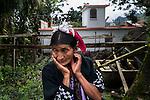 22 noviembre 2014. <br /> Mar&iacute;a Francisco, de 50 a&ntilde;os. Ella toma de la naturaleza todo lo que necesita para sobrevivir.<br /> La llegada de algunas compa&ntilde;&iacute;as extranjeras a Am&eacute;rica Latina ha provocado abusos a los derechos de las poblaciones ind&iacute;genas y represi&oacute;n a su defensa del medio ambiente. En Santa Cruz de Barillas, Guatemala, el proyecto de la hidroel&eacute;ctrica espa&ntilde;ola Ecoener ha desatado cr&iacute;menes, violentos disturbios, la declaraci&oacute;n del estado de sitio por parte del ej&eacute;rcito y la encarcelaci&oacute;n de una decena de activistas contrarios a los planes de la empresa. Un grupo de ind&iacute;genas mayas, en su mayor&iacute;a mujeres, mantiene cortado un camino y ha instalado un campamento de resistencia para que las m&aacute;quinas de la empresa no puedan entrar a trabajar. La persecuci&oacute;n ha provocado adem&aacute;s que algunos ecologistas, con &oacute;rdenes de busca y captura, hayan tenido que esconderse durante meses en la selva guatemalteca.<br /> <br /> En Cob&aacute;n, tambi&eacute;n en Guatemala, la hidroel&eacute;ctrica Renace se ha instalado con amenazas a la poblaci&oacute;n y falsas promesas de desarrollo para la zona. Como en Santa Cruz de Barillas, el proyecto ha dividido y provocado enfrentamientos entre la poblaci&oacute;n. La empresa ha cortado el acceso al r&iacute;o para miles de personas y no ha respetado la estrecha relaci&oacute;n de los ind&iacute;genas mayas con la naturaleza. &copy; Calamar2/Pedro ARMESTRE<br /> <br /> The arrival of some foreign companies to Latin America has provoked abuses of the rights of indigenous peoples and repression of their defense of the environment. In Santa Cruz de Barillas, Guatemala, the project of the Spanish hydroelectric Ecoener has caused murders, violent riots, the declaration of a state of siege by the army and the imprisonment of a dozen activists opposed to the project . <br /> A group of Mayan Indians, mostly 