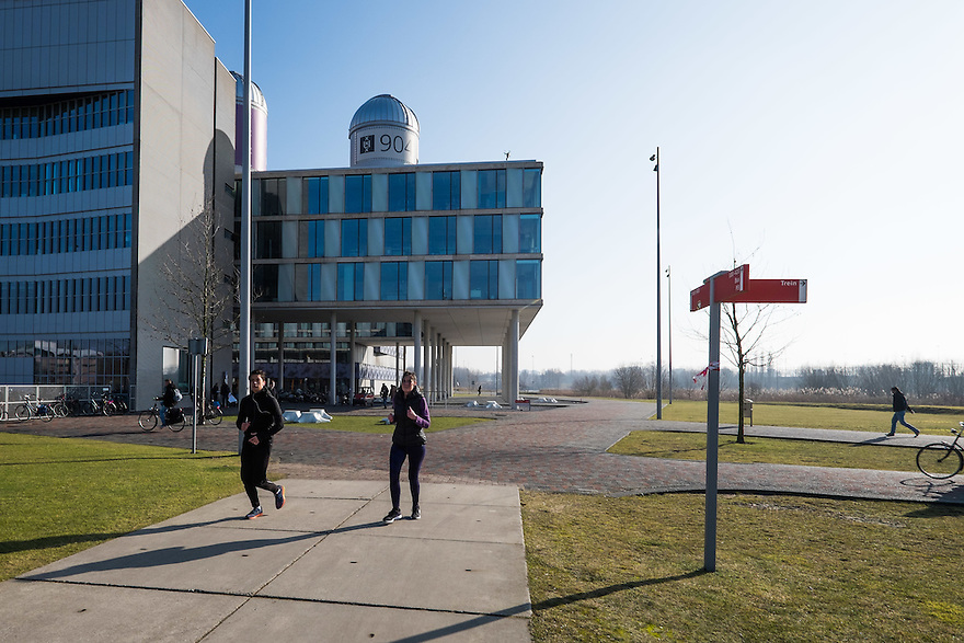 Nederland, Amsterdam, 13 feb 2015<br /> Amsterdam Science Park. Het Science Park in Amsterdam-oost is volop in ontwikkeling, met de universiteit van Amsterdam als middelpunt. <br /> Studenten lopen en/of fietsen naar/van het gebouw van de universiteit.<br /> Foto: (c) Michiel Wijnbergh
