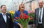 Foto: VidiPhoto<br /> <br /> LISSE &ndash; Het Nederlandse Rode Kruis werd donderdag verrast met een bijzonder eerbetoon. De hulpverleningsorganisatie kreeg een eigen tulp aangeboden van kwekersvereniging Remarkable Tulips uit Lisse. Ambassadrice Irene Moors van het Nederlandse Rode Kruis mocht de tulp officeel van de naam Red Heart voorzien. &ldquo;Een mooie tulp met een prachtige naam&rdquo;, aldus Moors. &ldquo;Want Red Heart staat symbool voor het rode hart dat klopt bij alle vrijwilligers van het Rode Kruis om mensen in nood te helpen.  De doop van de tulp Red Heart is aan de vooravond van Nationale Tulpendag op de Dam in Amsterdam zaterdag. Voor het vierde achtereenvolgende jaar wordt een enorme pluktuin met 200.000 tulpen ingericht. Vanaf 13.00 uur mag het publiek dan een gratis bosje tulpen plukken. Foto: Irene Moors geflankeerd door tulpenkweker Arjan Smit (l) en Henk Hoogervorst van Remarkable Tulips.