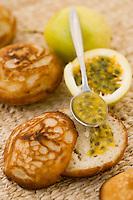 Afrique/Afrique de l'Est/Tanzanie/Zanzibar/Ile Unguja/Kiwenga: Madeleine de Zanzibar au lait de coco (arabic vitumbua) à base de riz, et fruits de la passion, recette de Jörg Lehmann chef de l'Hotel Zamani Zanzibar Kempinski