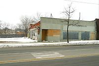 Flint, la cittadina nei pressi di Detroit resa famosa dal film di Michael Moore sulla crisi della General Motors. Un vecchio edificio diroccato in una strada deserta. Neve negli spiazzi. Alberi spogli e cielo grigio.