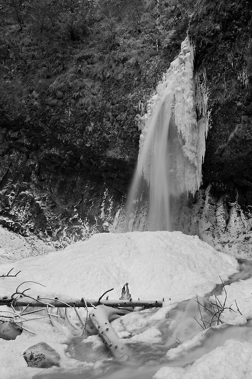 Latourell Falls in winter © Carli Davidson
